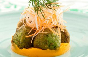 Coriander and peas falafel with carrots cream